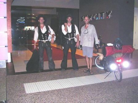 19.12.2006 - Avec Voss et Jan devant le casino de Darwin.