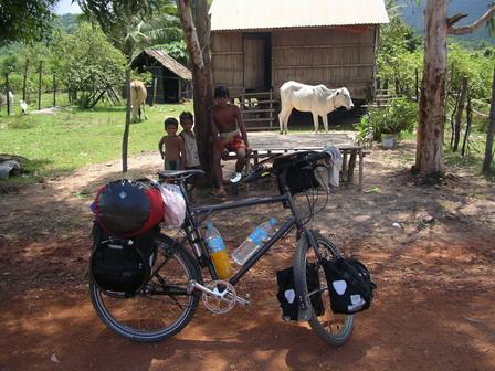 03.06.2006 - 25km avant Kampot. Repos à l'ombre...
