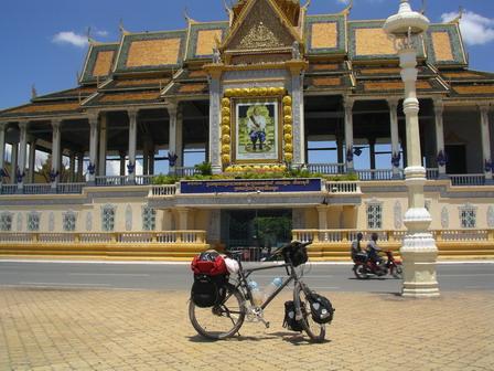 06.06.2006 - Arrivée à Phnom Penh. Devant le Palais Royal.