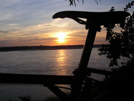 12.06.2006 - Kratie. Un crépuscule au bord du Mékong.