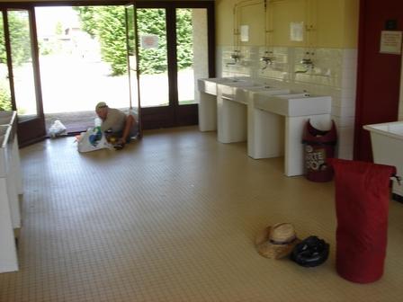 25.05.2007 - On mange dans les sanitaires du camping, au frais.