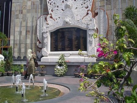 16.11.2006 - Monument en mémoire des victimes de l'attentat de 2002. Kuta-Legian, Bali.