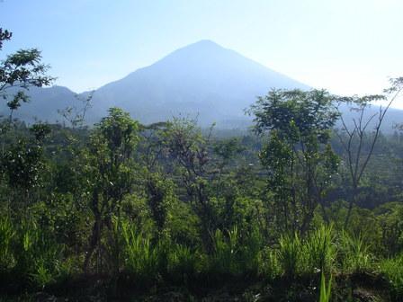 28.11.2006 - Vue sur le volcan Agung (3'142m). Bali.