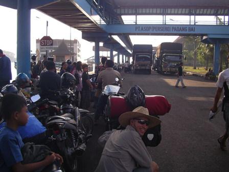 30.11.2006 - Dans l'attente du ferry. Port de Padangbai, Bali.