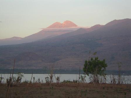 02.12.2006 - Le soleil illumine le sommet du volcan Rinjani (3'726m). Lombok.