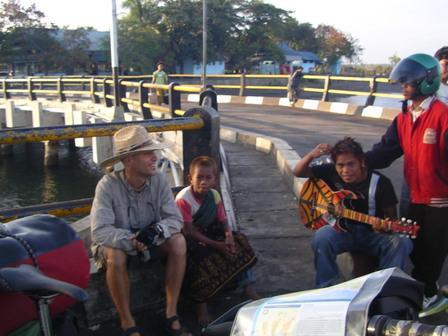 02.12.2006 - Avec les enfants de la rue. Labuhan Lombok.