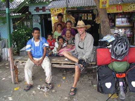 02.12.2006 - Ma famille d'accueil lors de ma halte forcée. Sumbawa.