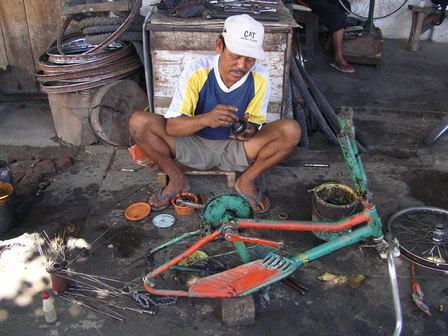 03.12.2006 - Atelier de vélo. Sumbawa Besar. Sumbawa.