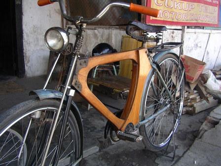03.12.2006 - Superbe cadre en bois. Sumbawa Besar, Sumbawa.