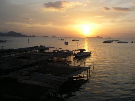 10.12.2006 - Coucher de soleil depuis mon bungalow. Labuanbajo, Flores.