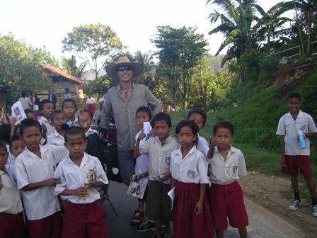 12.12.2006 - Ecoliers rencontrés sur la route. Sortie de Labuanbajo. Flores.