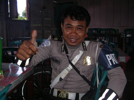 12.12.2006 - Mr Agung, policier à Lembor. Flores.