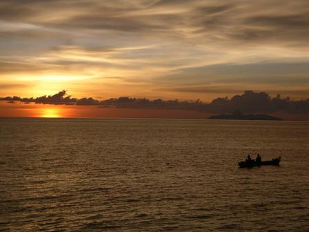 15.12.2006 - Coucher de soleil depuis le port de Mborong. Flores.