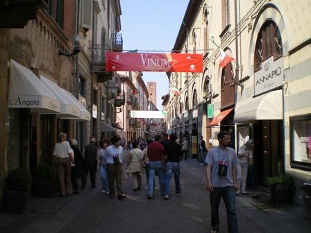 28.04.2006 - Dans les rues d'Alba.
