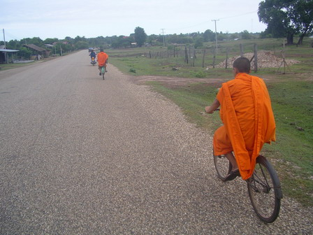 22.06.2006 - Accompagné par deux jeunes moines.