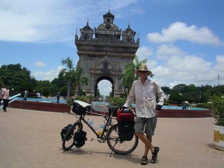 27.06.2006 - Arrivée à Vientiane. Devant le monument Patuxai.