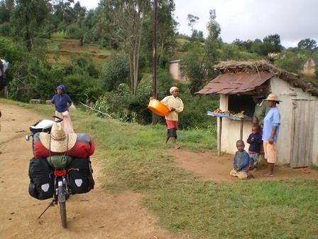 11.03.2007 - Sur la piste menant au Village Hotel. Ambohimahasoa.