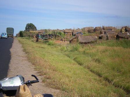 16.03.2007 - Village sommaire. Direction Sakaraha.