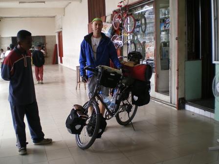 16.04.2007 - Prêt au départ ! Devant l'hôtel Le Glacier. Antananarivo.
