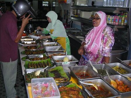 29.09.2006 - De la nourriture à profusion en cette période festive de Ramadan. Tapah.