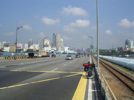 10.11.2006 - Au loin, la Malaisie. Je suis bientôt à Singapour.