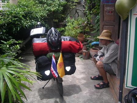 14.08.2006 - Devant la guesthouse. Phetchaburi.